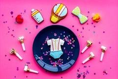 Celebre el cumpleaños de un pequeño bebé Galletas en la forma de los accesorios para el niño, confeti en la opinión superior del  Fotografía de archivo libre de regalías