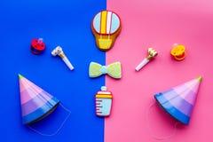 Celebre el cumpleaños de un pequeño bebé Galletas en la forma de los accesorios para los sombreros del niño y del partido en rosa Fotografía de archivo