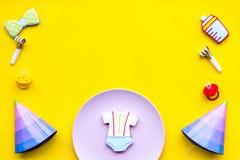 Celebre el cumpleaños de un pequeño bebé Las galletas en la forma de los accesorios para los sombreros del niño y del partido en  Foto de archivo libre de regalías