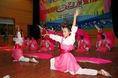 Celebre el día de los niños: baile el funcionamiento Imagen de archivo libre de regalías
