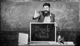 Celebre el d?a de conocimiento Inscripci?n de las recepciones del profesor o del educador de nuevo a escuela Educador experimenta foto de archivo libre de regalías