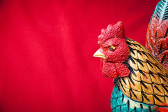 Celebre el fondo chino del Año Nuevo con la estatua masculina del pollo, Foto de archivo libre de regalías