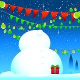 Celebre el hombre de la nieve de la estación del invierno y el fondo azul Imagen de archivo
