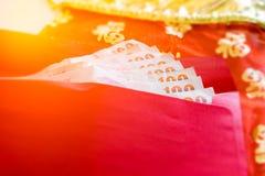 Celebre el sobre rojo chino del Año Nuevo con los bancos del efectivo Foto de archivo