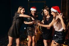 Celebre la oveja de la Navidad en el club con los amigos Imagen de archivo libre de regalías