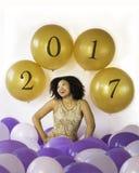 ¡Celebre las buenas épocas! La mujer joven de risa atractiva celebra con los globos Imagen de archivo