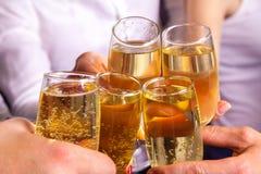 Celebre y tintinee los vidrios con champán Foto de archivo libre de regalías
