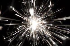 Celebri fuochi d'artificio della stella filante del partito i piccoli su fondo nero Fotografia Stock
