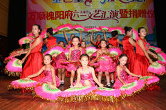 Celebri il giorno dei bambini: balli la prestazione Immagini Stock Libere da Diritti