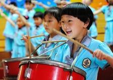 Celebri il giorno dei bambini: tamburelli la prestazione Fotografia Stock Libera da Diritti