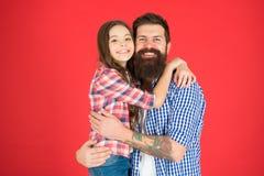 Celebri il giorno di padri Concetto di valori familiari Legami di famiglia Relazioni amichevoli Pantaloni a vita bassa del padre  fotografia stock libera da diritti