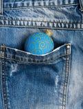 Celebri il natale Decorazione della palla per la tasca dell'albero di Natale dei pantaloni del denim Concetto di vacanza invernal fotografia stock