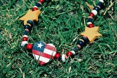 Celebri il quarto luglio con la collana della bandiera americana Immagini Stock Libere da Diritti