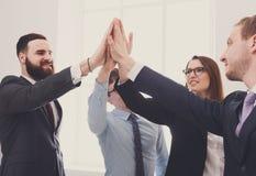 Celebri il successo e vinca il concetto, dia cinque in ufficio, gente di affari del gruppo Immagini Stock Libere da Diritti