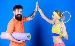 Celebri il successo Forti muscoli ed ente Donna felice e allenamento barbuto dell'uomo in palestra Successo atletico sport fotografia stock