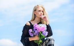 Celebri la primavera Il modello di moda della ragazza porta i fiori dell'ortensia Mazzo fresco della primavera Concetto di botani fotografie stock