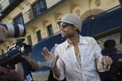Celebridade masculina que está sendo entrevistada imagens de stock royalty free