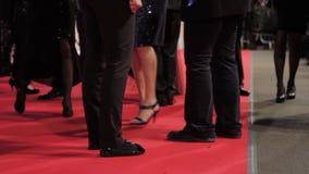 Celebridades que caminan en la alfombra roja - cercana para arriba de pies almacen de metraje de vídeo