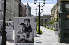 Celebridades y niños con Síndrome de Down en los carteles Fotos de archivo libres de regalías