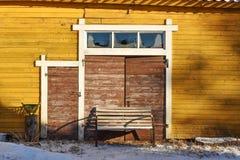 Celeiro amarelo velho com porta marrom Foto de Stock Royalty Free