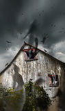 Celeiro assombrado com os fantasmas que voam e os céus escuros Imagens de Stock Royalty Free