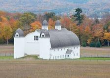 Celeiro com cores do outono, Michigan do dia do AO, nacional de sono do urso Lakeshore fotos de stock royalty free