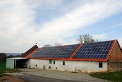 Celeiro com painéis solares imagens de stock