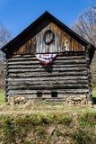 Celeiro com uma bandeira americana - 2 do log Foto de Stock
