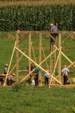 Celeiro da construção dos carpinteiros de Amish imagem de stock royalty free