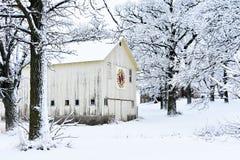 Celeiro da edredão em um país das maravilhas nevado do inverno foto de stock