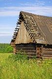 Celeiro de madeira destruído abandonado velho Fotos de Stock Royalty Free