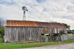 Celeiro de madeira na parte superior redonda, TX imagens de stock
