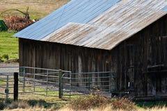 Celeiro de madeira no campo fotos de stock royalty free