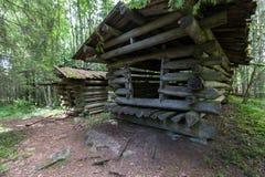 Celeiro de madeira velho em uma floresta em Finlandia Floresta bonita do verão imagens de stock
