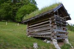 Celeiro de madeira velho nas montanhas austríacas imagens de stock
