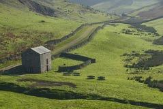 Celeiro de pedra nas montanhas arquivadas. Fotografia de Stock