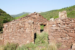 Celeiro de pedra vermelho velho nas ruínas Fotos de Stock Royalty Free