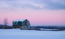 Celeiro do inverno no crepúsculo Imagem de Stock Royalty Free