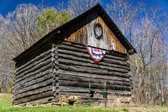 Celeiro do log com uma bandeira americana Imagem de Stock Royalty Free