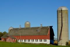 Celeiro do país com três silos imagens de stock royalty free