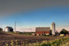 Celeiro e campos da exploração agrícola Foto de Stock