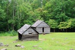 Celeiro e casa de madeira do vintage nas montanhas fotografia de stock royalty free