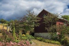 Celeiro e jardim rústicos imagem de stock royalty free