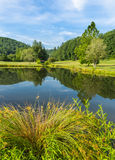 Celeiro e lagoa pequenos do verão do quadro das árvores Fotografia de Stock