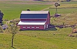 Celeiro e moinho de vento perto de Madison, Wisconsin Fotos de Stock Royalty Free