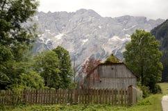 Celeiro e montanhas Fotos de Stock Royalty Free