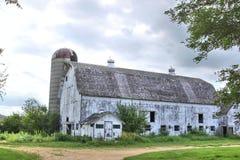 Celeiro e silo brancos Imagens de Stock Royalty Free
