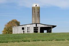 Celeiro e silo no Condado de Armstrong, 10 milhas fora da cidade fotos de stock royalty free