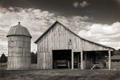 Celeiro e silo velhos imagem de stock