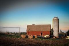 Celeiro e silo vermelhos Imagens de Stock Royalty Free